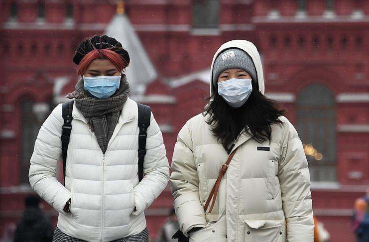Люди в защитных масках